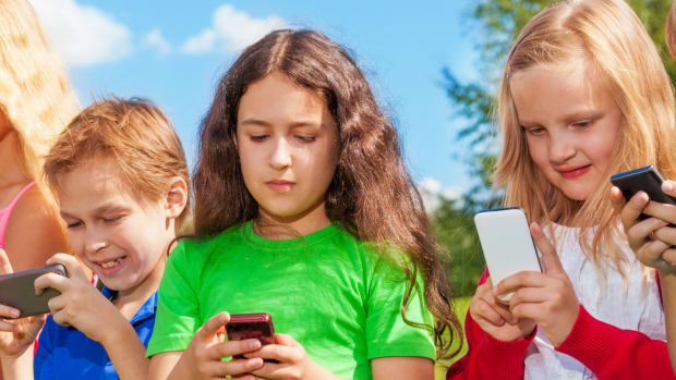 tips for dealing with effects of social media, negative effects of social media, social media and kids, kids social media, social media impact, social media impact kids, tips for parents, parent tips for social media, tweens and social media