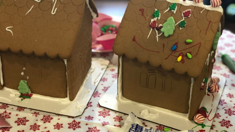 How to Host a Gingerbread-House Decorating Playdate