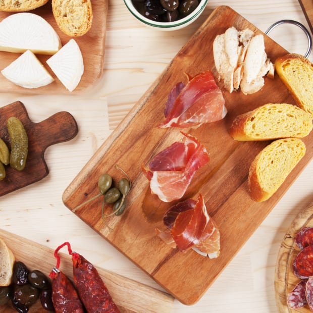 great cheese board, appetizers, best appetizers, charcuterie board, best cheese board, appealing appetizers, trendy appetizers, on trend appetizers, charcuterie board for the holidays, hostess gifts, how to make a charcuterie board