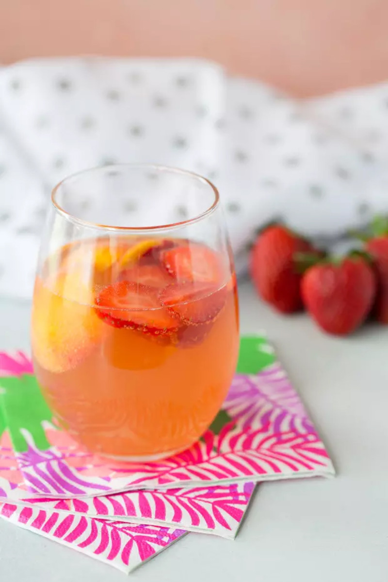 Sparkling Summer Sangria = Rosé + Peachschnapps + Fruit