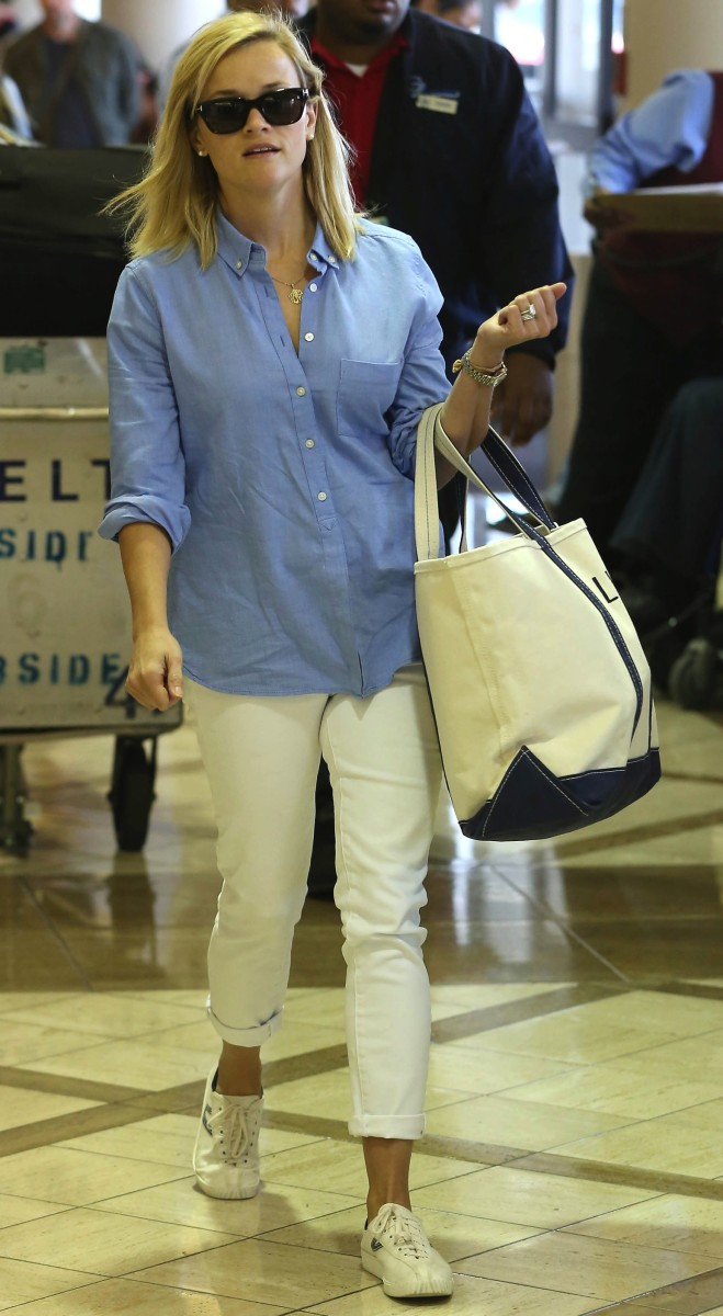 Reese Witherspoon Catches A Flight Out Of Los Angeles