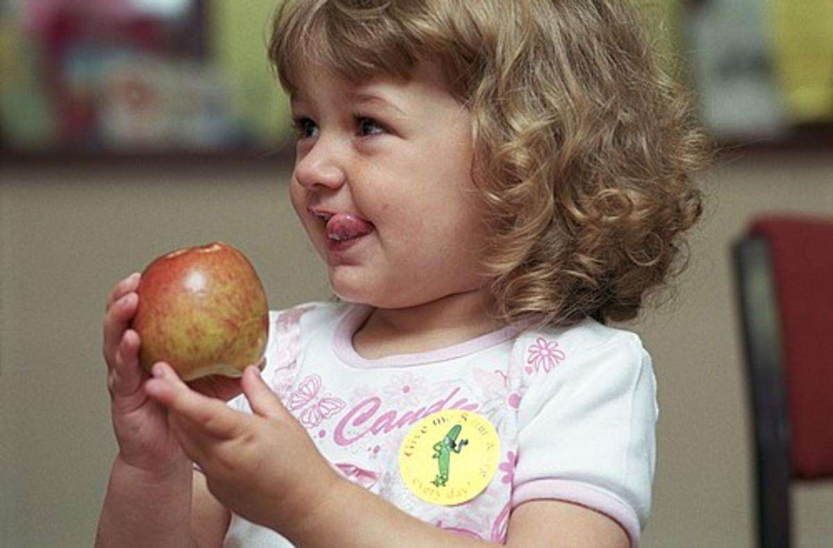 kid eating apple2-saidaonline
